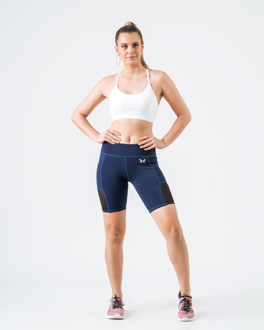 Mujer con mallas cortas azules y mallas cortas deporte mujer
