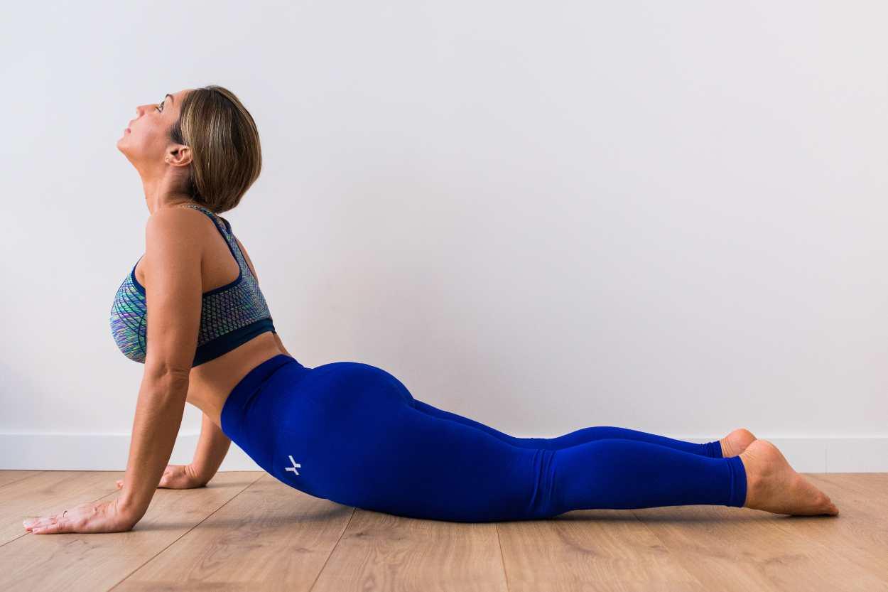 Postura de la Media Cobra Yoga